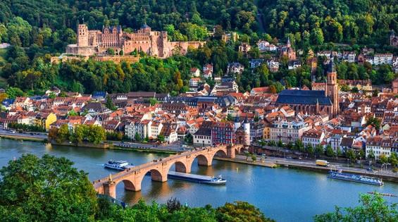 """Das Cave 54  Versteckt in der schmalen Krämergasse der Heidelberger Altstadt liegt das Cave 54, das sich selbst als """"Deutschlands ältesten Studenten-Jazzclub"""" bezeichnet. Eine enge Treppe führt in ein kleines, dunkles Kellergewölbe mit einer Bar und einer kleinen Bühne. 1954 wurde der Club von Heidelberger Studenten als"""