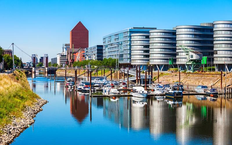 """Ein wunderbarer Kontrast zwischen """"alter"""" Schifffahrt und hochmodernen Gebäuden"""