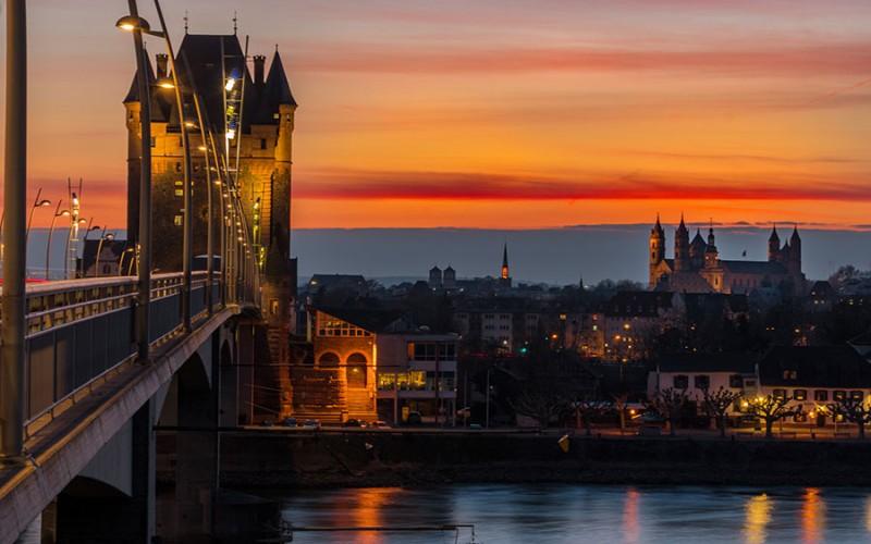 Die beeindruckende Skyline von Worms mit Niebelungenbrücke, Dom und Rhein bei Nacht