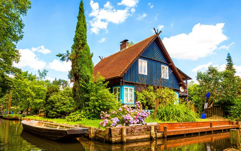 """Typisches Haus am Kanal im Spreewald, einem sogenannten """"Fließen"""""""