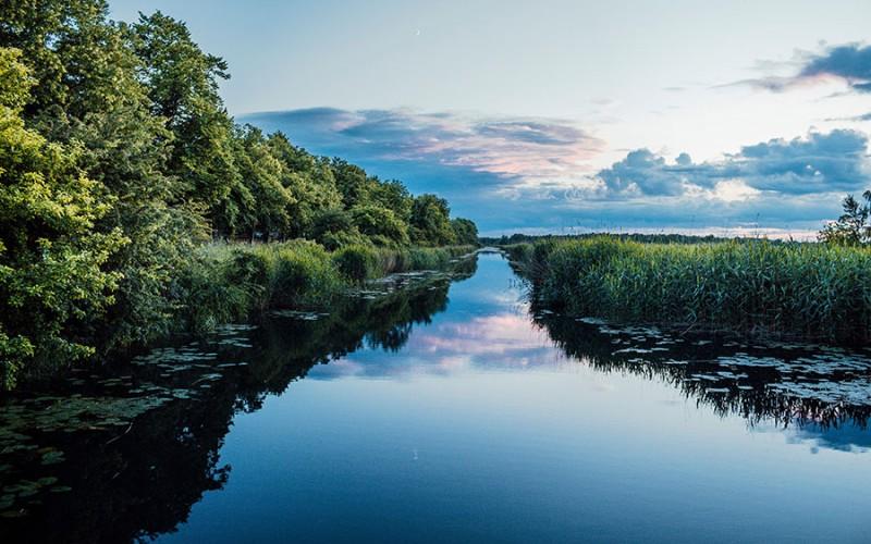 Blick auf die Flusslandschaft in der Nähe von Greifswald