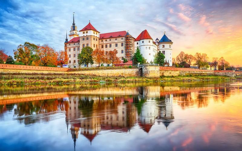 Blick über die Elbe auf Burg Hartenfels in Torgau